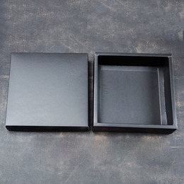 Коробка черная глянцевая  18 * 18 * 4,8см